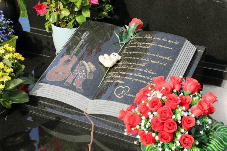 Monument funéraire: quels accessoires choisir pour rendre hommage à un défunt?